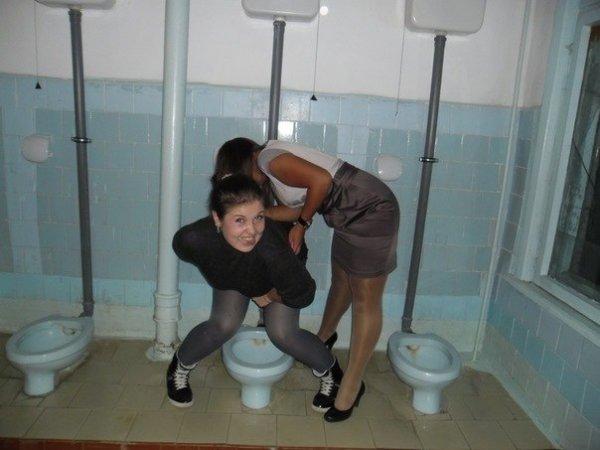 Смотреть как девушка пошла в туалет