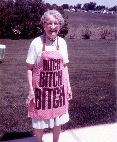 Фото пожилых людей, которые не обратили внимания что написано на их одежде