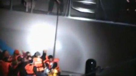 Видео: Греческий патруль пытается потопить плот с сирийскими беженцами