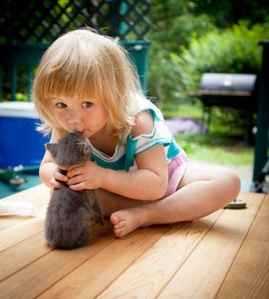 25 трогательных фотографий, которые показывают крепкую дружбу между животными и детьми.