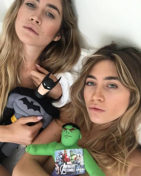Сестры-близнецы делают откровенные фото с игрушками, после чего продают их