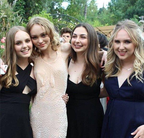 Дочь Джонни Деппа Лили-Роуз пришла на школьный выпускной в платье без бюстгальтера