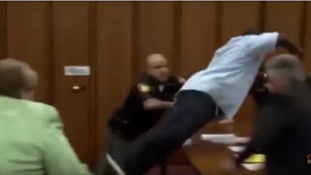 Видео: В США в зале суда отец жертвы набросился на серийного убийцу
