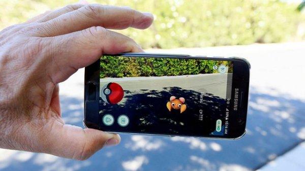 Сбербанк бесплатно застрахует клиентов от травм во время Pokémon Go