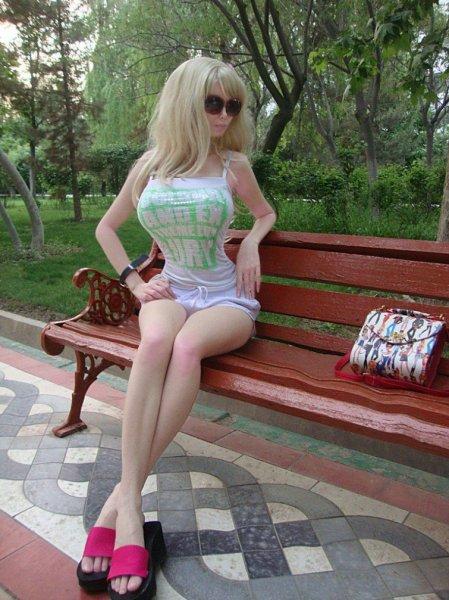 Живая Барби из России: девушка с большой грудью и тонкой талией