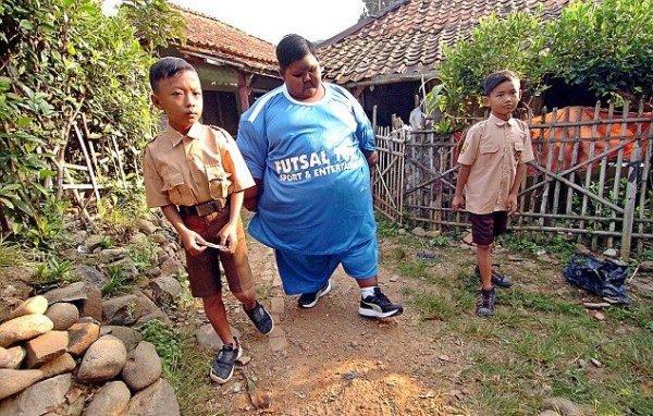 Самый толстый в мире мальчик заново научился ходить и отправился в школу