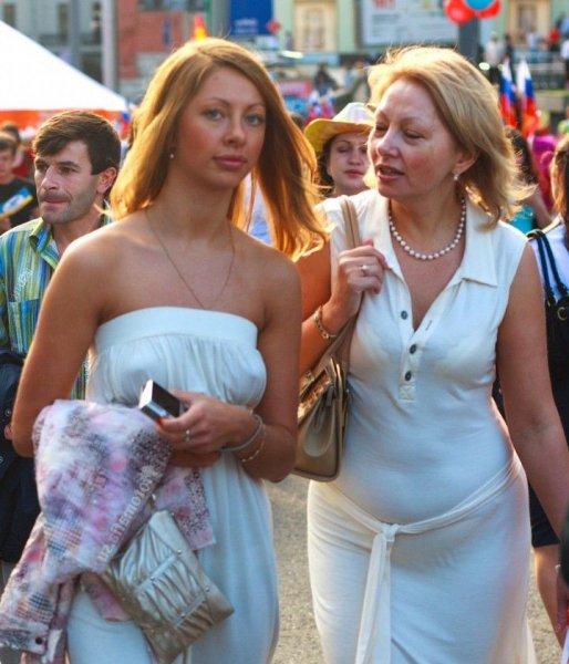 Женщины без лифчика под одеждой на улицах Российских городов