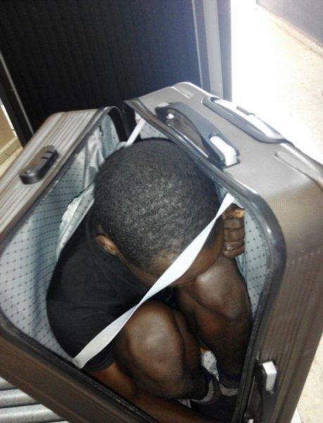 Нелегала пытались провезти в Испанию упакованным в чемодан