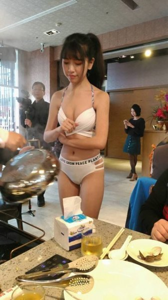 Китайский ресторан с моделями в бикини вместо официанток