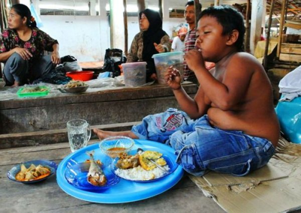 Как сложилась жизнь 2-летнего курильщика Арди Ризала из Индонезии, выкуривавшего по 40 сигарет в день