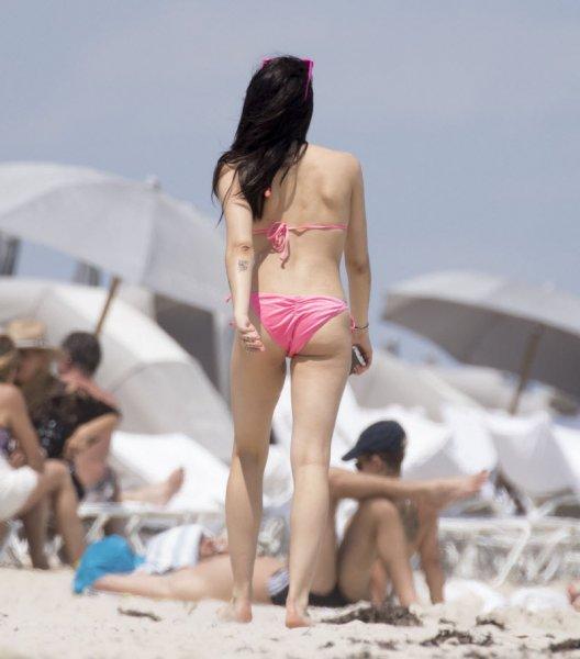 Дочь Мадонны в бикини с небритыми подмышками