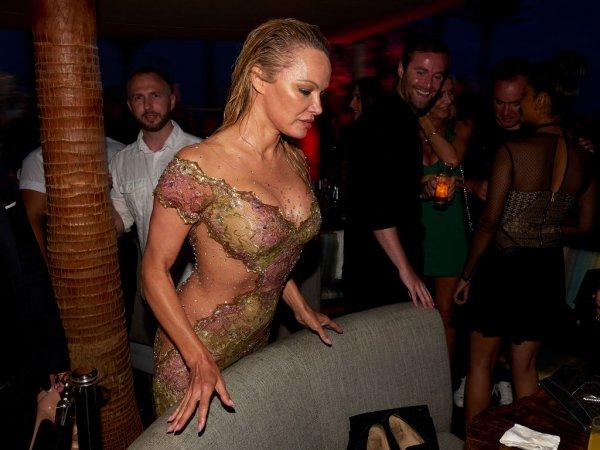 Памела Андерсон снова поражает вульгарными нарядами