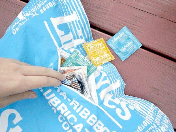 Подушка и спальный мешок в виде презерватива