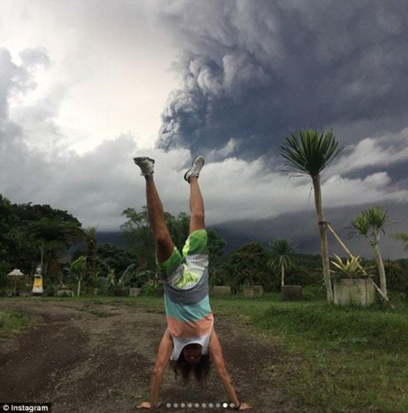Фотографии туристов на фоне проснувшегося вулкана Агунг