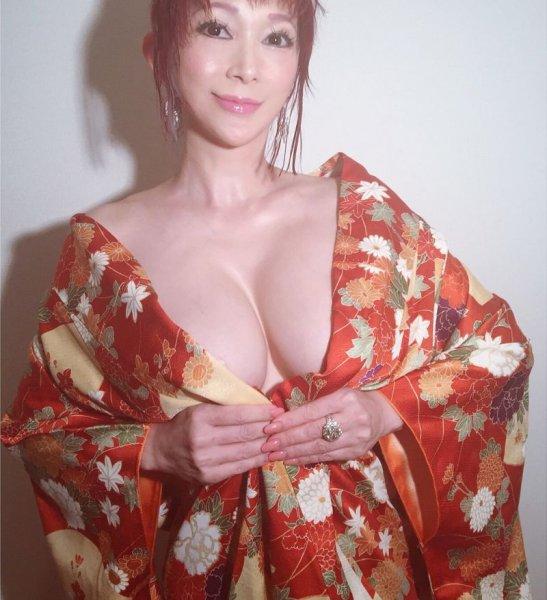Грудастая модель заявила, что подыскивает любовника, и Японцы сошли с ума