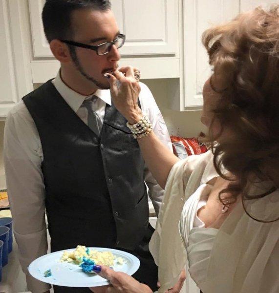 17-летний американец женился на 71-летней пенсионерке