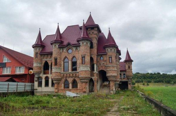 Дворцы и замки в украинском селе Нижняя Апша