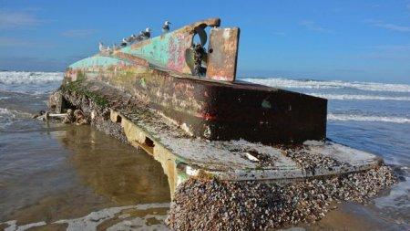 """В США на берег выбило """"корабль-призрак"""" с деликатесами на борту"""