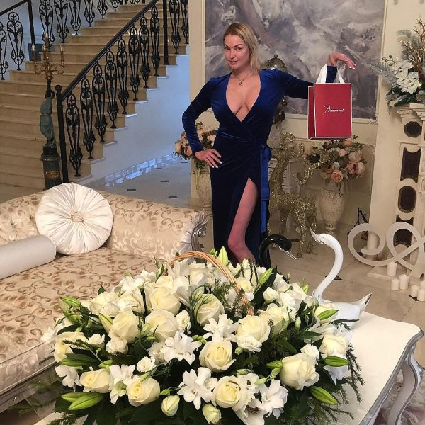 Волочкова поздравила россиян с Новым годом глубоким декольте и шпагатом у елки