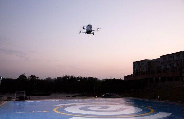 Испытания летающего дрон-такси с пассажиром на борту