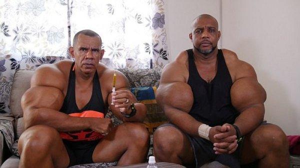 Бразильские братья обрели известность благодаря огромным бицепсам