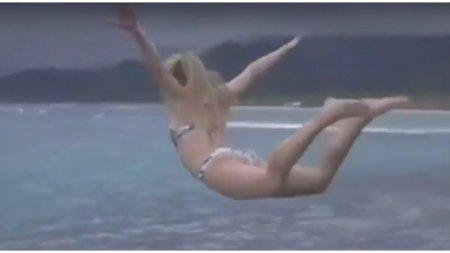 Здравствуй, море дорогое! Девушка совершила не слишком удачный прыжок со скалы в море