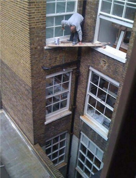 А из нашего окна тётя голая видна! Чего только не увидишь, выглянув в окно утром