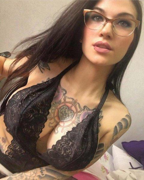 Девушки с татуировками на груди