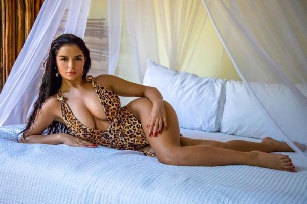 Пышнотелая модель Деми Роуз поделилась снимками в сексуальных купальниках
