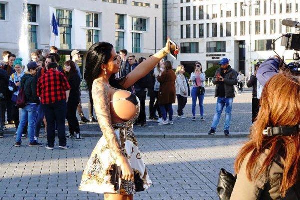 «Настоящая Барби из Берлина» с четырехкилограммовой силиконовой грудью