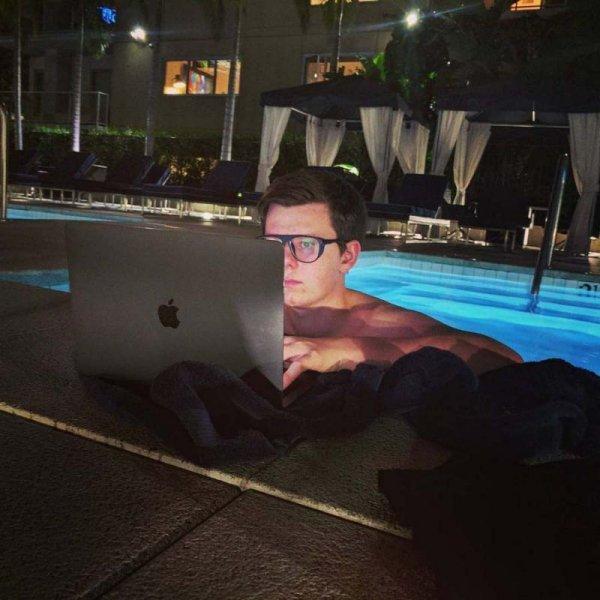 19-летний миллионер создал киберкостюм с клешнями для своего больного друга