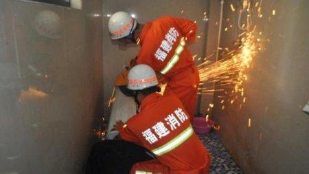 Китаец хотел посмотреть, что там внутри стиральной машины