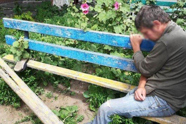 Застрял в текстурах. В Гомеле спасатели вытаскивали алкоголика из скамейки