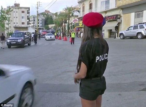 Мэр ливанского города приказал женщинам-полицейским ходить в коротких шортах, чтобы привлечь туристов