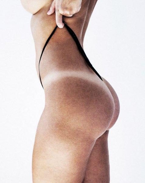 Девушки с незагоревшими следами от бикини