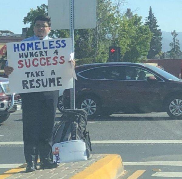 Бездомный программист просил прохожих взять его резюме