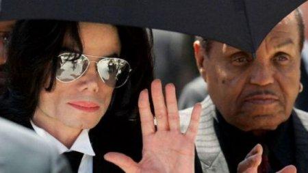 Майкла Джексона в детстве кастрировал собственный отец, подтвердил личный врач певца