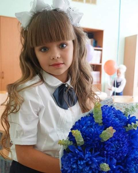 Школа замерла в восхищении: самая красивая девочка в мире пошла в первый класс