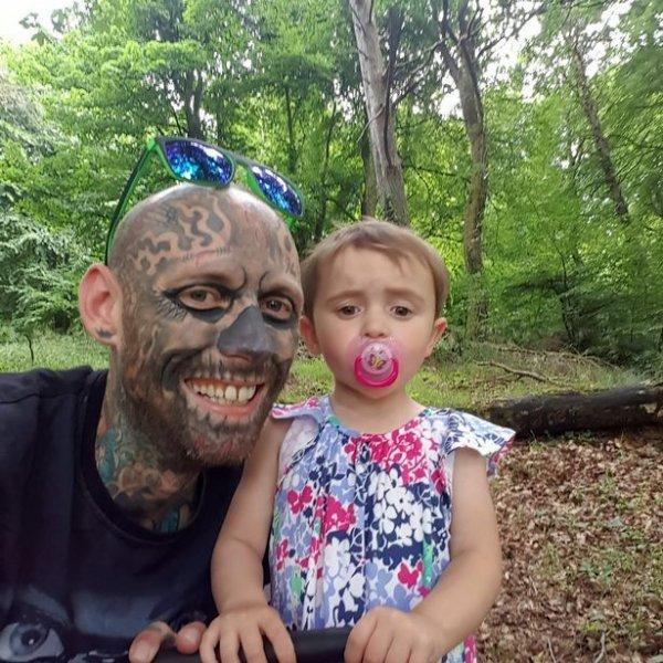 Чудик потратил $36 000, чтобы забить себя 600 татуировками, и не собирается останавливаться