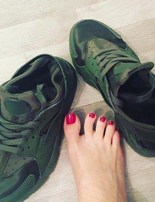 Пользовательница Instagram зарабатывает $130 000 в год на вонючих носках и поношенных кроссовках