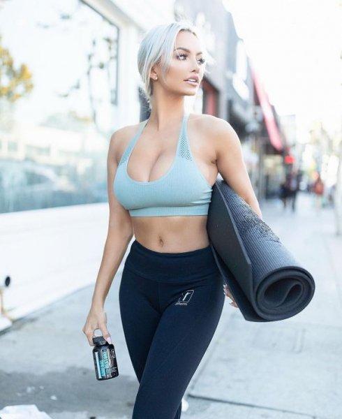 27-летняя американская модель Линдси Пелас (Lindsey Pelas) на фото из Instagram