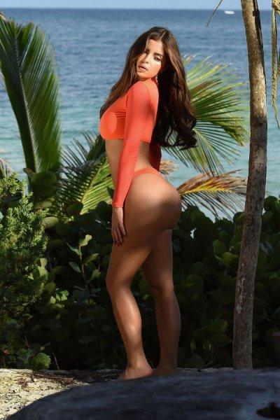 23-летняя британская модель и интернет-звезда Деми Роуз (Demi Rose) на фотосессии в Тулуме