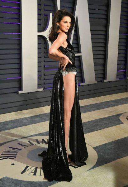 23-летняя американская модель Кендалл Дженнер (Kendall Jenner) в экстравагантном платье
