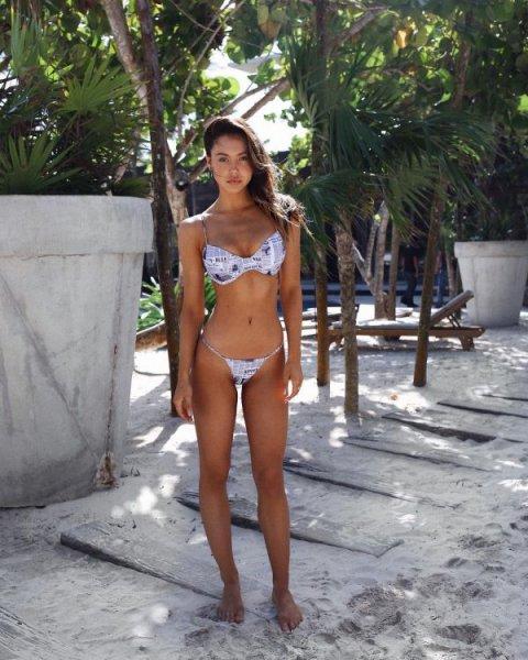 22-летняя американская модель Алексис Рэн (Alexis Ren) на фото в Instagram