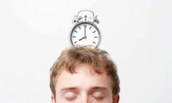 Почему спать 8 часов — хорошо, а 6 — плохо: научное объяснение феномена сна