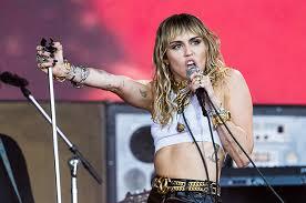 Майли Сайрус выступила на музыкальном фестивале в Гластонбери без бюсгалтера