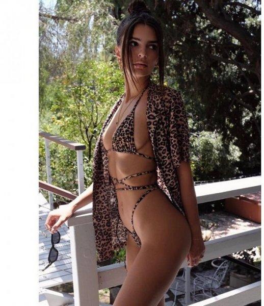 Эмили Ратаковски порадовала фанатов новыми фото в мини-бикини