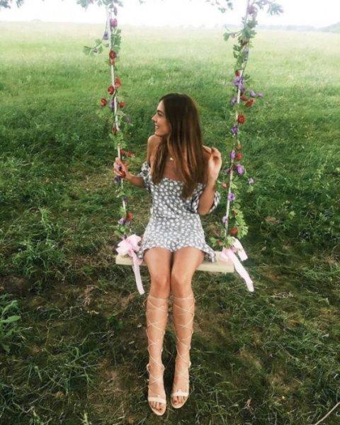 Девушки в соблазнительных летних платьях