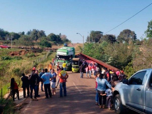 В Парагвае перевернулся грузовик с пивом и порадовал местных жителей