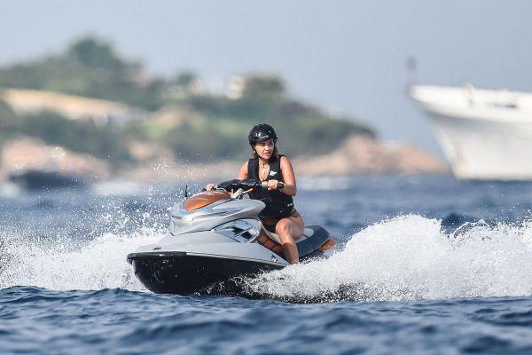 28-летняя британская певица и актриса албанского происхождения Рита Ора (Rita Ora) во время отдыха в Испании и Италии